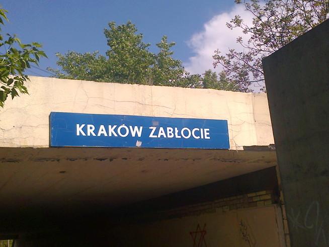 """Zachowana na tablicy kolejowej historyczna nazwa """"Kraków Zabłocie""""."""